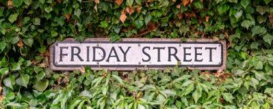 De traditionele verkeersteken van de Vrijdagstraat, Engeland, het Verenigd Koninkrijk stock afbeeldingen