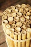 De traditionele Vietnamese bamboekruk of de koffietafel bond met kabel en plaatste op houten vloer stock afbeeldingen
