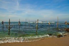 De traditionele visser van Srilankan op stok in de Indische Oceaan Royalty-vrije Stock Fotografie