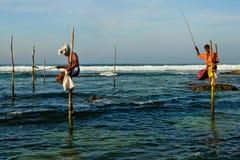 De traditionele visser van Srilankan op stok in de Indische Oceaan Stock Afbeeldingen