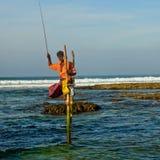 De traditionele visser van Srilankan op stok in de Indische Oceaan Royalty-vrije Stock Afbeelding