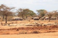 De traditionella boningarna av kojorna av den Samburu stammen i nordliga Kenya, nära gränsen med Etiopien royaltyfria bilder