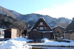 De traditionella lantbrukarhemmen (som kallas gasshoen-zukuri) i den Shirakawa byn i vinter Royaltyfri Foto