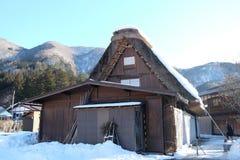 De traditionella lantbrukarhemmen (som kallas gasshoen-zukuri) i den Shirakawa byn i vinter Arkivbilder