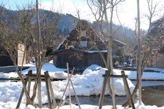 De traditionella lantbrukarhemmen (som kallas gasshoen-zukuri) i den Shirakawa byn i vinter Royaltyfri Bild
