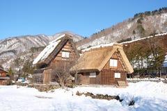 De traditionella lantbrukarhemmen (som kallas gasshoen-zukuri) i den Shirakawa byn i vinter Arkivfoto