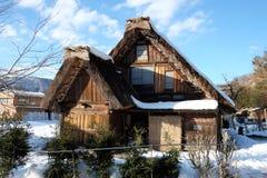 De traditionella lantbrukarhemmen (som kallas gasshoen-zukuri) i den Shirakawa byn i vinter Fotografering för Bildbyråer