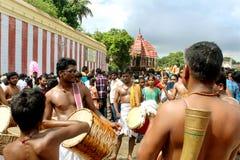 De traditionella musikerna i den stora tempelbilfestivalen av Thiruvarur med folk arkivbilder