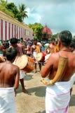 De traditionella musikerna i den stora tempelbilfestivalen av Thiruvarur med folk royaltyfri foto
