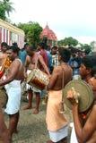 De traditionella musikerna i den stora tempelbilfestivalen av Thiruvarur med folk royaltyfri fotografi