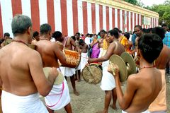 De traditionella musikerna i den stora tempelbilfestivalen av Thiruvarur med folk arkivfoto
