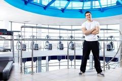 De trainer in een sporthal Stock Foto