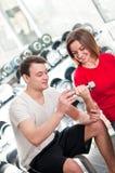 De trainer helpt jong meisje Royalty-vrije Stock Foto