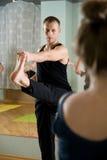 De trainer op yoga Royalty-vrije Stock Afbeeldingen