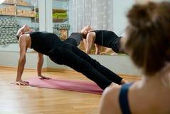 De trainer op yoga Stock Foto's