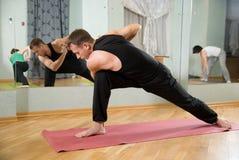 De trainer op yoga Stock Afbeelding