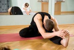 De trainer op yoga Stock Foto