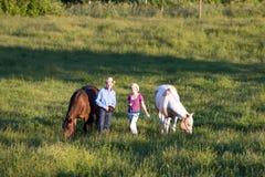 De Trainers die van paarden horizontaal - glimlachen royalty-vrije stock fotografie