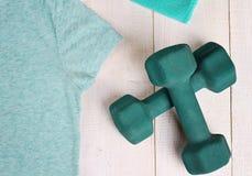 De Training en de Oefeningsmateriaal van de vrouwengeschiktheid Sport, actieve levensstijlachtergrond Stock Fotografie