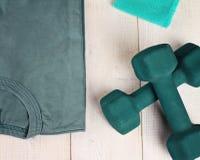 De Training en de Oefeningsmateriaal van de vrouwengeschiktheid Sport, actieve levensstijlachtergrond Stock Foto