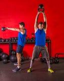 De training opleidende groep van de Kettlebellschommeling bij gymnastiek stock foto's