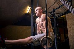 De training van de de ringsmens van de geschiktheidsonderdompeling bij gymnastiek het onderdompelen oefening Royalty-vrije Stock Foto's