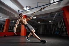 De training van de geschiktheidsmens op de ringen in de gymnastiek Stock Fotografie