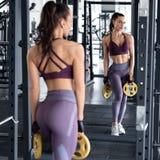 De training van de geschiktheidsvrouw in gymnastiek, slank taille Atletisch meisje die oefening doen Mooi uiteinde in beenkappen royalty-vrije stock afbeeldingen
