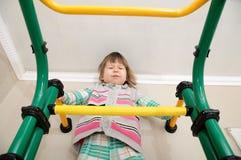 De training van het kinderenhuis Meisje op gymnastiek- bar Kindgezondheidszorg en fysieke ontwikkeling Gelukkige en gezonde kinde Stock Afbeeldingen