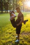 De training van de het paarsteun van de liefdesportman openlucht Royalty-vrije Stock Afbeeldingen