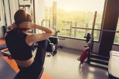 De training van de vrouwenoefening zitten-omhoog in gymnastiekgeschiktheid royalty-vrije stock foto