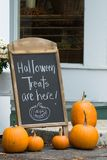 De traktaties van Halloween zijn hier royalty-vrije stock afbeelding