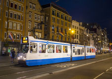 De tram in Amsterdam - avondmening - AMSTERDAM - NEDERLAND - 20 JULI, 2017 Stock Afbeeldingen