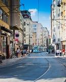 De tram en de mensen zijn binnen van de binnenstad van Istanboel op 24 Augustus, 2013 Royalty-vrije Stock Afbeeldingen