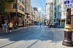 De tram en de mensen zijn binnen van de binnenstad van Istanboel op 24 Augustus, 2013 Stock Fotografie