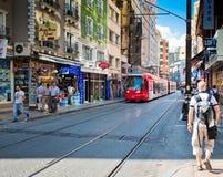 De tram en de mensen zijn binnen van de binnenstad van Istanboel op 24 Augustus, 2013 Royalty-vrije Stock Fotografie