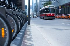 De tram en taxis van Toronto op bezige de huurpost p van de straatfiets stock foto's