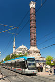 De tram hield bij de kolom van Constantine in Istanboel op Royalty-vrije Stock Fotografie