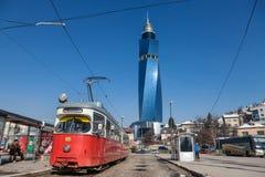 De tram klaar voor vertrek op het stationeinde, wordt Avaz Twist Tower gezien op de achtergrond royalty-vrije stock fotografie