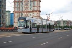 De tram Nr 30 gaan op Stroginsky-Brug Stock Foto's