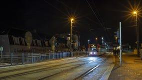 De tram steekt omhoog de nacht in de voorstad aan stock foto
