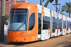 De tram van Alicante, die op een smalle maatspoorweg lopen, stock foto