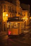 De tram van Lissabon bij nacht in Alfama, Portugal, 2012 royalty-vrije stock foto's