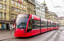 De tram van Siemens Combino op Bubenbergplatz in Bern royalty-vrije stock foto