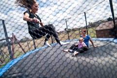 De trampolinepret van de familie Stock Afbeeldingen