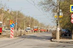 De trams zijn op sporen met betrekking tot een verkeersongeval op Stock Afbeeldingen