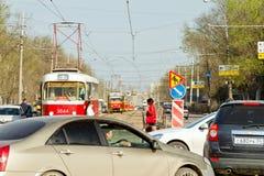 De trams zijn op sporen met betrekking tot een verkeersongeval op Stock Afbeelding