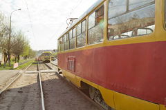 De trams zijn op sporen met betrekking tot een verkeersongeval op Stock Foto's