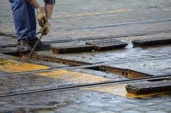 De tramsporen van Roadmanreparaties Royalty-vrije Stock Foto's