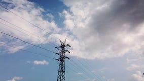 De transmissielijn van de hoogspannings stroom op de achtergrond van wolken Geschoten op Canon 5D Mark II met Eerste l-Lenzen stock video